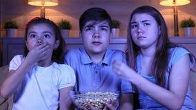 Dzieci ogląda strasznego film na TV zbiory