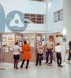 Dzieci ogląda wystawę rysunki Zdjęcia Royalty Free