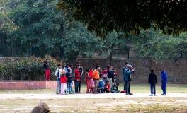 Dzieci ogląda uliczną sztukę Obraz Royalty Free