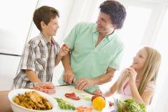 dzieci ojca posiłek przygotowywa obraz stock