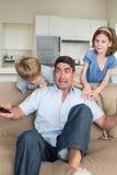 Dzieci okalecza ojca dopatrywania telewizję Obraz Royalty Free