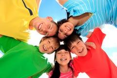 dzieci okrążają szczęśliwego Fotografia Royalty Free