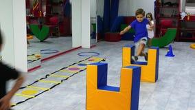 Dzieci omija przeszkody na podstawie szkolenia zdjęcie wideo