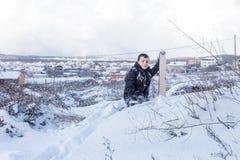 Dzieci one ślizgają się na śniegu w stara szkoła stylu z twardym drzewem zdjęcie stock