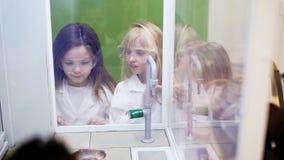 Dzieci patrzeją spektakularnego chemicznego eksperyment z ogieniem zbiory wideo