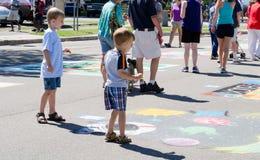 Dzieci patrzeją Uliczną sztukę Zdjęcia Stock