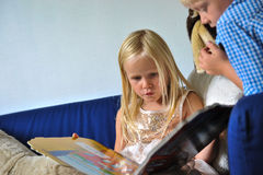Dzieci patrzeje w książce Obraz Stock