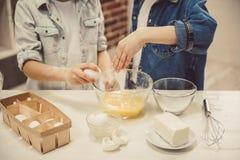 Dzieci piec w kuchni Obrazy Royalty Free