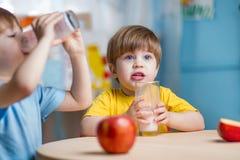Dzieci pije mleko w domu Zdjęcia Stock