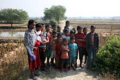 Dzieci po tym jak Mszalny stojak przed kościół w Baidyapur, India Obraz Stock