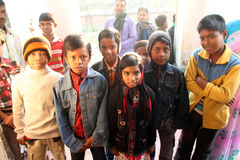Dzieci po tym jak Mszalny stojak przed kościół w Baidyapur, India Zdjęcie Royalty Free