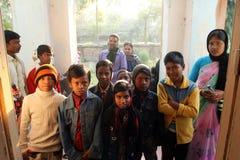 Dzieci po tym jak Mszalny stojak przed kościół w Baidyapur, India Obraz Royalty Free