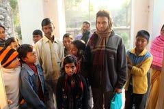 Dzieci po tym jak Mszalny stojak przed kościół w Baidyapur, India Fotografia Stock