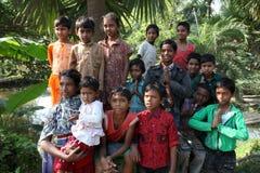 Dzieci po tym jak Mszalny stojak przed kościół w Baidyapur, India Obrazy Stock