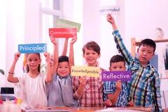 Dzieci podtrzymuje prześcieradła papier z Angielskimi słowami zdjęcie royalty free