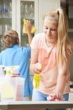 Dzieci Pomaga Czyścić dom zdjęcie stock