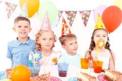 Dzieci pozuje z przyjęcia urodzinowego wyposażeniem zdjęcia royalty free