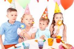 Dzieci pozuje z przyjęcia urodzinowego wyposażeniem Fotografia Royalty Free