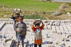 Dzieci pracuje mocno w brickyard - Madagascar Fotografia Stock