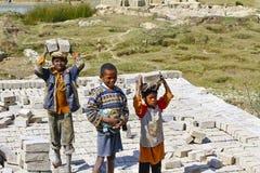 Dzieci pracuje mocno w brickyard - Madagascar Obrazy Royalty Free