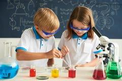 Dzieci pracuje w laboratorium Obraz Stock