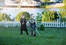 Dzieci przebierający w Star Wars kostiumach: Strzałki Maul, Darth Vader z kordzikami obrazy royalty free