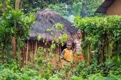 Dzieci przed ich domem w Etiopia fotografia stock