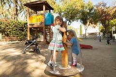 Dzieci przy boisko terenem fotografia stock