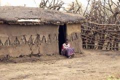 Dzieci przy drzwi w wiosce blisko Tsavo parka narodowego, Kenja, Afryka Fotografia Royalty Free