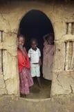 Dzieci przy drzwi w wiosce blisko Tsavo parka narodowego, Kenja, Afryka Zdjęcia Stock