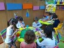 Dzieci przy dziecinem w klasie fotografia royalty free