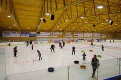 Dzieci przy Lodowego hokeja szkoleniem zdjęcia stock