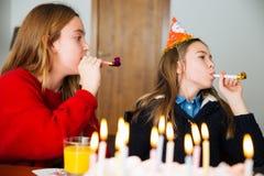 Dzieci przy przyjęciem urodzinowym zdjęcie stock