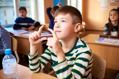Dzieci przy szkołą, umysłowa arytmetyka obrazy royalty free