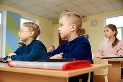 Dzieci przy szkołą, umysłowa arytmetyka zdjęcia royalty free