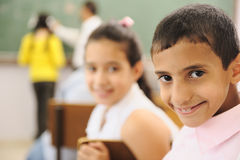 Dzieci przy szkolną sala lekcyjną zdjęcie royalty free