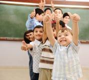 Dzieci przy szkolną sala lekcyjną zdjęcia stock