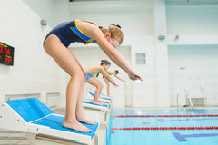 Dzieci przygotowywający skakać w sporta pływackiego basen żartuje sporty Fotografia Royalty Free