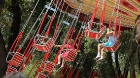 Dzieci przykuwają carousel w parku zbiory