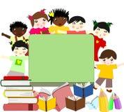 Dzieci różne rasy blisko zarządu szkoły Zdjęcia Stock