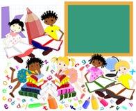 Dzieci różne rasy w książkach zarząd szkoły, Zdjęcie Royalty Free