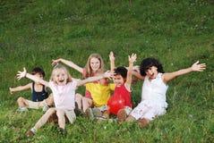 dzieci ręk szczęśliwy dźwiganie zdjęcia stock
