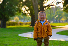 Dzieci r up szczęśliwie w słońcu obrazy royalty free