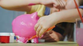 Dzieci radośnie farby prosiątka bank szczęśliwy dzieciństwa pojęcie zbiory