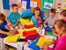 Dzieci robią coś z barwionego papieru Obrazy Royalty Free