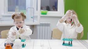 Dzieci robią eksperymentowi w chemii lekci edukacja nowożytna zbiory wideo