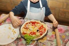 Dzieci robią pizzy Mistrzowska klasa dla dzieci na gotować Italia Zdjęcie Stock