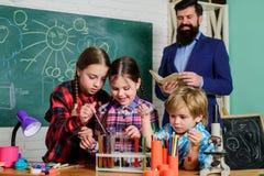 Dzieci robi nauka eksperymentom Edukacja edukacja i nauka Chemii lab szcz??liwy dziecko nauczyciel Popiera obrazy stock