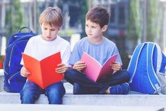Dzieci robi pracie domowej outdoors obraz royalty free