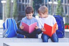 Dzieci robi pracie domowej outdoors obrazy stock